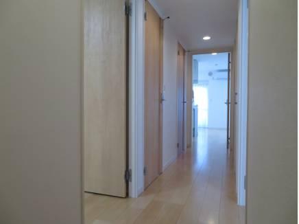 窓からの光が玄関まで届きます。明るい部屋ですね~。
