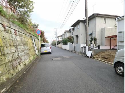前面道路も広く駐車しやすい環境。