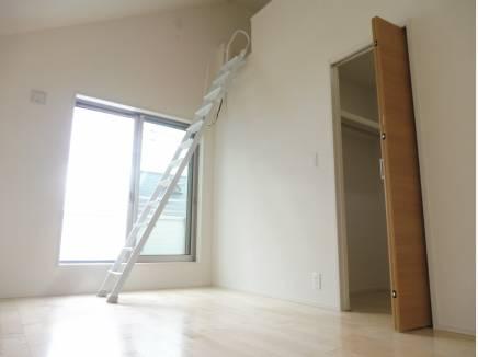 勾配天井のロフト付き主寝室。ウォークインクローゼットを完備。