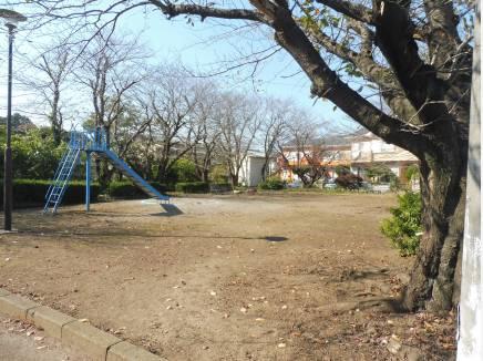 徒歩1分(約30m)に公園もあり、お子様も安心して遊べますね。