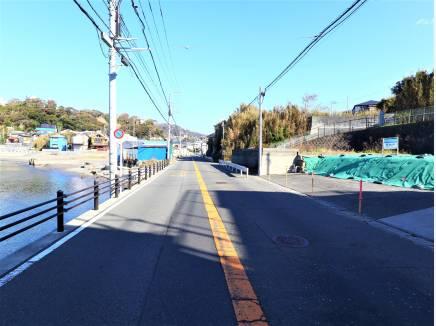 前面道路別角度です。写真を撮ると海の青が映える。。。そんな立地です。