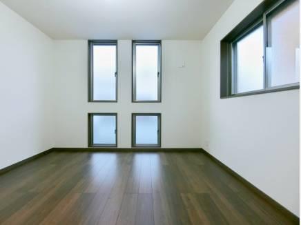 アクセント窓が印象的な洋室