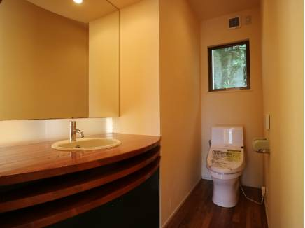 ホテルライクな洗面とトイレ