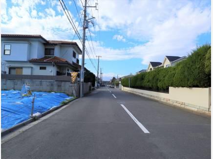 前面道路は約8mと駐車も楽々!