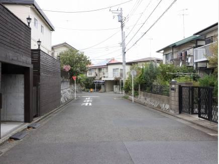 前面道路は約6mとゆとりがあり、駐車も安心です。
