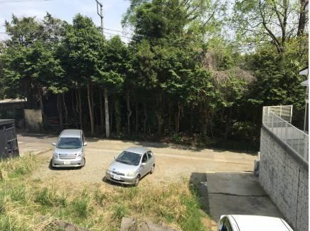 接道の幅は2.88m。2台駐車可能のカースペースに。