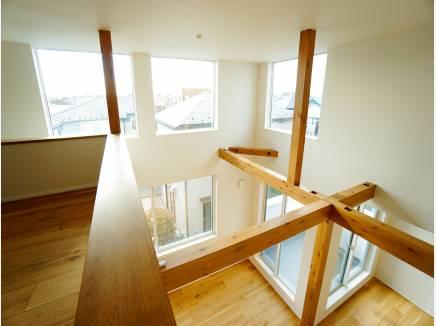吹き抜け+採光窓により、明るく開放的な空間に。