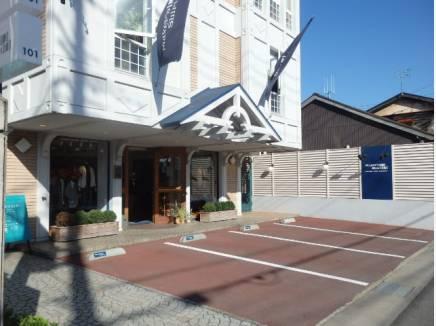 裏側は、鎌倉シャツで有名な「メーカーズシャツ鎌倉」(約90m)