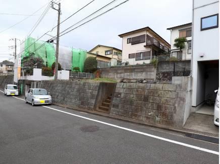 道路面から高さのある宅地です。車庫の造成は、別途ご相談ください。
