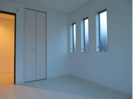 スリット窓は採光とデザイン性のいいとこ取り。