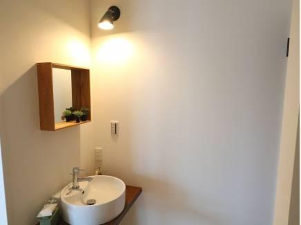 トイレ前の手洗器。こだわりのスペースです!