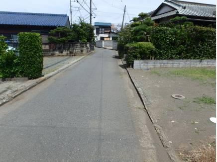 前面道路は交通量も少なく静か。家の前でお子さんが遊んでも安心。