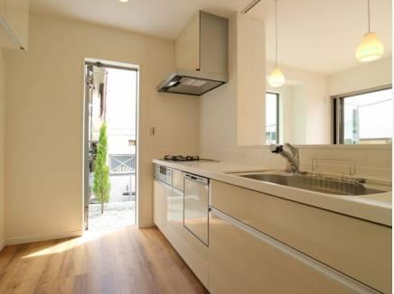 食洗機付きで家事時間も短縮でき、共働きのご夫婦にはうれしい設備です。