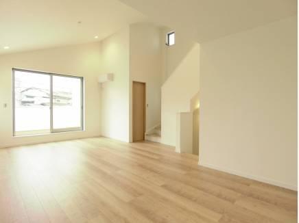 床には足元から空間を暖める床暖房を完備