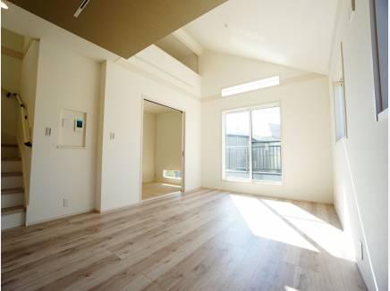 吹き抜け+勾配天井の明るく開放的な空間。