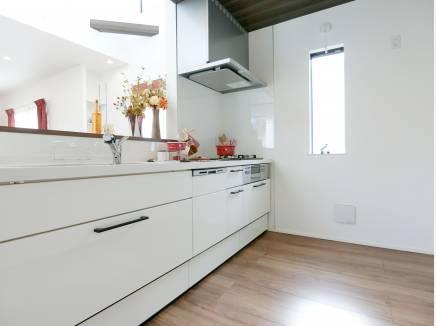 キッチンもホワイトで統一感のある仕様