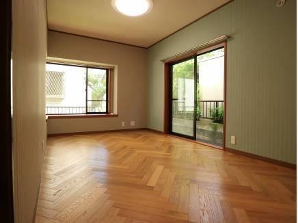 ヘリンボーンの床板の洋間。