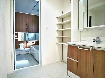 サニタリー・バスルーム。便利な収納棚もございます