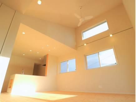 勾配天井のLDK、遮光窓付きで日当たり良好です