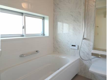 白基調の広々バスルーム