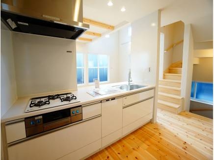 食器洗浄機付きシステムキッチン。