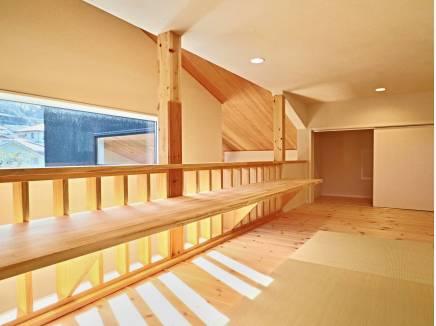 固定階段で上がれるロフトは畳敷き。スタディスペースとしてもOK