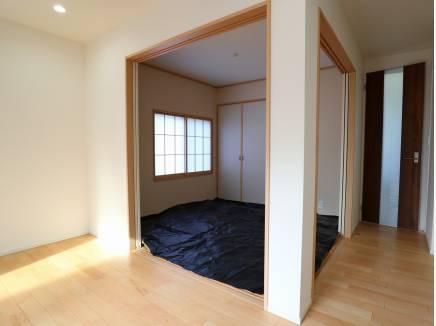 リビング脇には4.5帖の和室がございます。