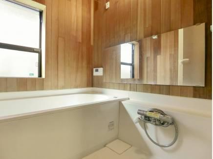 木の香りに包まれた浴室の壁にはレッドシダーを使用