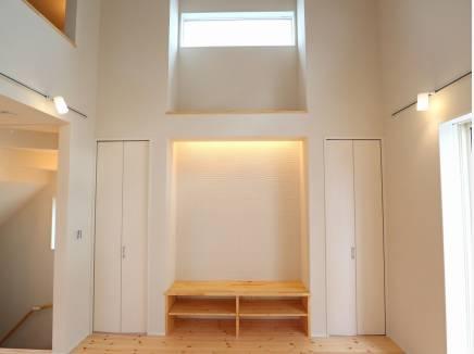 造作のテレビボード。開放感のある天井高です。