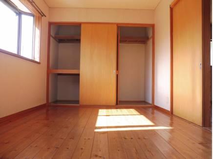 2階の約6帖の主寝室。収納もたっぷりですね。
