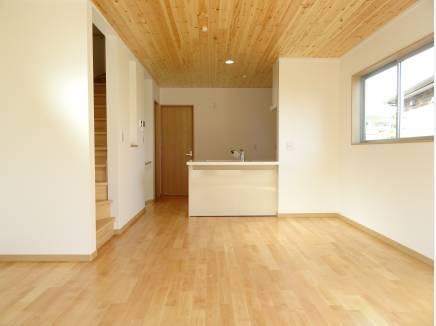 天井にはパイン材、床材には本桜無垢板を使用しています