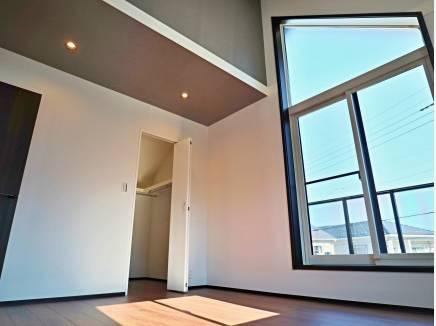 勾配天井のマスターベッドルーム