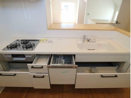 食洗機付きのシステムキッチン。収納も豊富です。