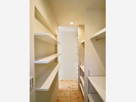 主寝室裏にはこんなに豊富な収納スペース