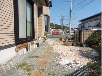 玄関までのアプローチも広々♪お庭スペースとしても使えそうです。