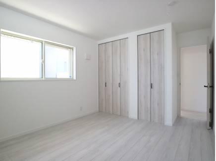 2階の約7.5帖の明るい洋室