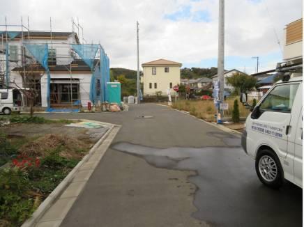 分譲地の入口。すでに建築中、完成済みの区画も。