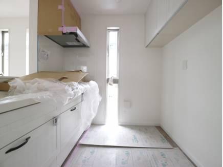 キッチン&収納棚も白で統一