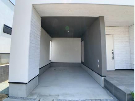 2台分あるカースペースのうち1台は車庫付き