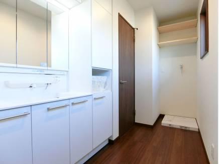 広い洗面には造作の棚の他、たっぷり収納付きの洗面台を完備