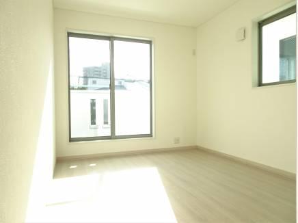 日当たり良好な2階の洋室