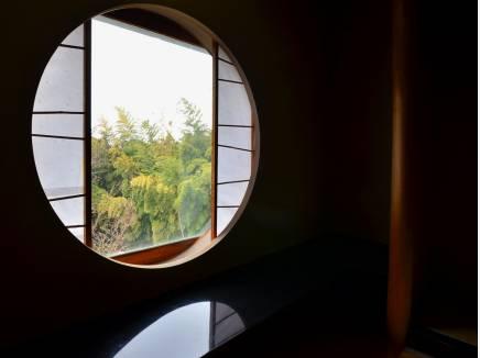 和室の窓から借景を~