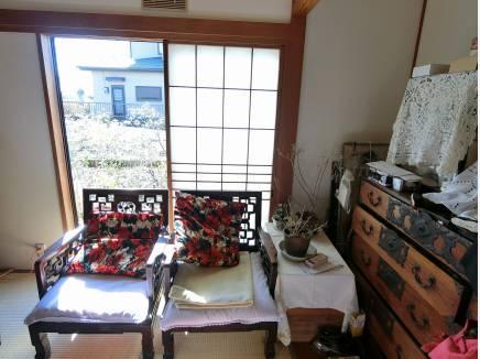 居間として利用の和室8帖間、隣室の続き間に欄間の設えがありました。