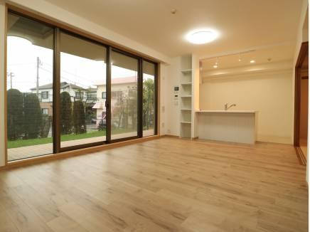 対面キッチンの広いLDK。窓が大きいからより広く感じます。
