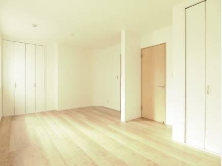 将来的に間仕切り可能な洋室。それぞれに広い収納をご用意しました