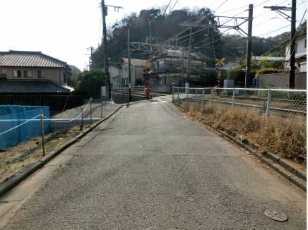 土地の斜め向かいは小さな踏切りがあります
