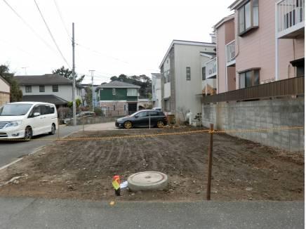 南側が隣地駐車場で3方向角地のような開放感です