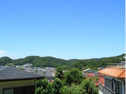 北側の山並み。青空と緑のコラボレーションが見事です。
