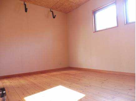 1階洋室は陽光の差し込む素敵な空間です。