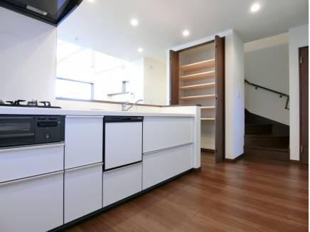 キッチンには横の収納の他、カウンター下にも収納を